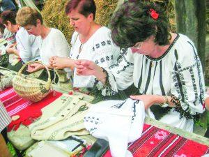 """Șezătoarea """"Femeile din Ținutul Căciularilor cos ie"""" ajunge la Sibiu"""
