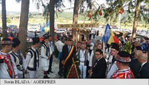 Un tricolor vechi de aproape 150 de ani, adus la mormântul lui Avram Iancu