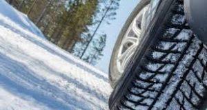 Polițiștii ne recomandă să nu pornim la drum dacă nu avem mașinile echipate pentru circulația pe timp de iarnă