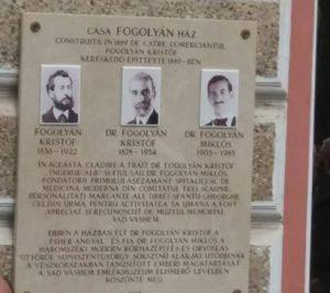 Placă memorială dedicată familiei Fogolyan, amplasată pe clădirea Prefecturii din Sfântu Gheorghe