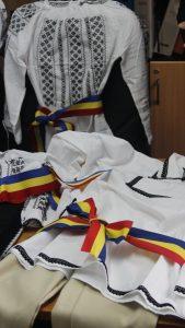 """Douăzeci de costume populare pentru copiii din Valea Mare  """"Copiii noștri vor crește în tradiție purtând frumoasele costume populare pe care le-am primit în dar""""- primar Gheorghe Avram"""