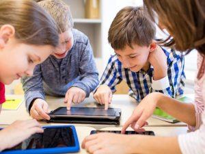 Donaţie de peste 4.000 de tablete şi laptopuri pentru elevii de la sate