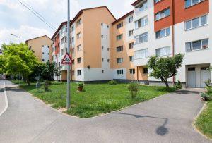 Primăria Sfântu Gheorghe atenţionează cetăţenii că au obligaţia de a întreţine spaţiile din faţa blocurilor