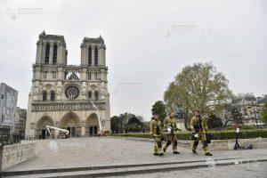 Podurile de lângă Notre-Dame - spaţiu pentru transmisiuni în direct; primarul Parisului: Notre-Dame este o persoană vie