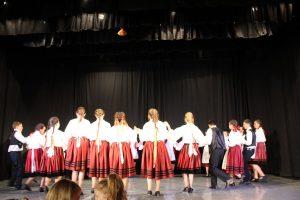 """Dansul popular e pe mâini bune: sute de copii din țară au participat la festivalul de folclor """"Izvoare covăsnene"""""""