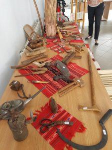 Cu gândul la șezătoare – Expoziție rară de obiecte vechi, la Biblioteca Orășenească Întorsura Buzăului