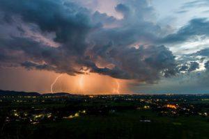 Meteorologii avertizează: Cod galben de furtună în 21 de judeţe din centrul şi Vestul ţării. Sudul ţării este lovit de caniculă