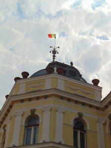 Tricolorul, repus temporar pe turla Primăriei Sfântu Gheorghe cu prilejul Zilei eliberării oraşului