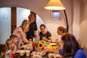 """Tőkés Erika, promotoarea conceputului """"home restaurant'': Îmi place să gătesc împreună cu oaspeţii mei"""