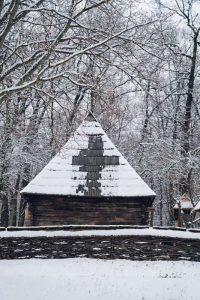 Semnul crucii a apărut pe o casă de la Muzeul ASTRA, după ce s-a topit parţial zăpada