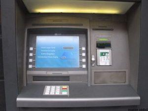 Trei bărbaţi bănuiţi de mai multe furturi din bancomate - prinşi după ce au distrus un bancomat în Covasna