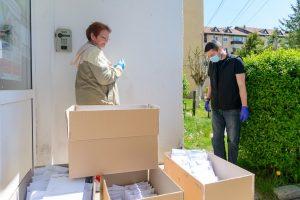 Primarul Antal Arpad recomandă președinților și administratorilor asociațiilor de proprietari să ducă pachetele cu dezinfectanți acasă la toată lumea