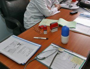 Echipamente de protecţie şi produse dezinfectante donate medicilor de familie de către Consiliul Judeţean