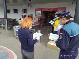 Polițiștii și jandarmii covăsneni, împreună cu reprezentanți ai Autoliv, au distribuit măști de protecție în municipiul Sfântu Gheorghe