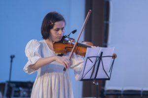 Lovită de o boală rară, o violonistă de 36 de ani din Sfântu Gheorghe a uitat aproape totul, mai puțin muzica