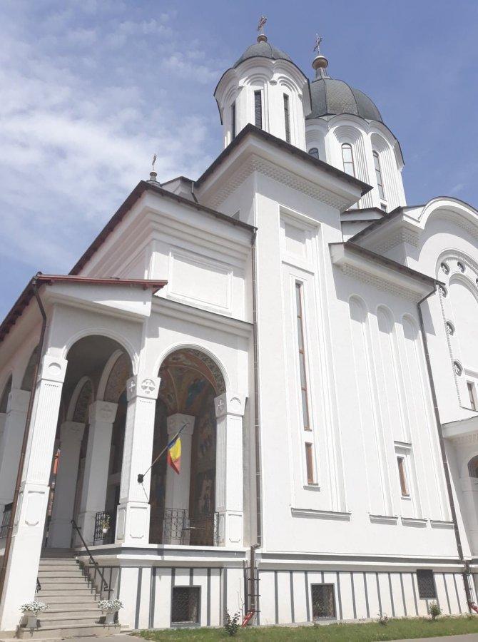 Cancelaria Sf. Sinod: Distanţă de 2 m în orice direcţie, în biserică, între credincioşi; la spovedanie şi preoţii poartă mască