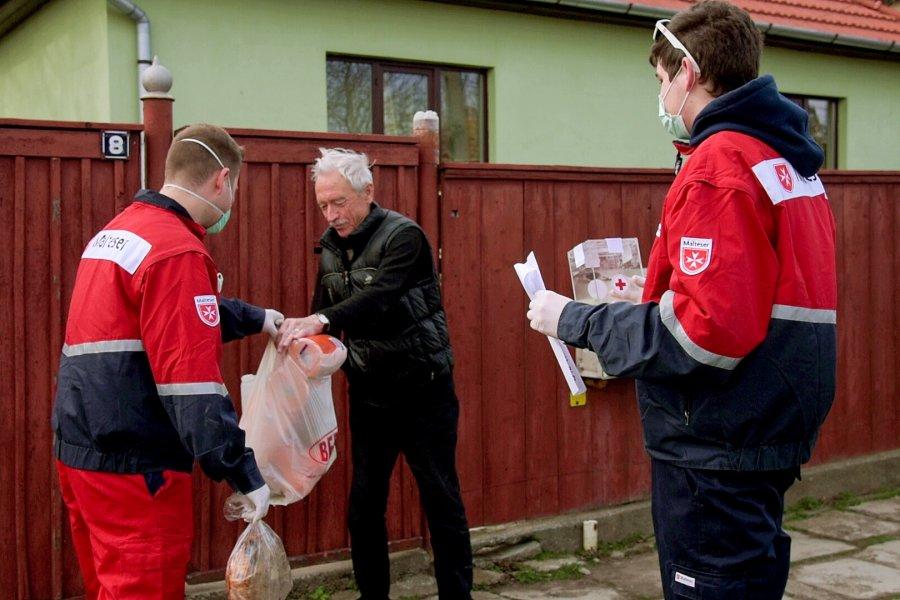 122 de pachete cu alimente au fost livrate de voluntari pe perioada pandemiei