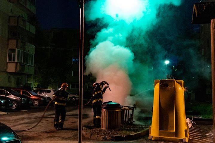 Pericol pentru siguranţa publică: TEGA face un apel pentru identificarea celor care au dat foc în repetate rânduri containerului de pe strada Oltului