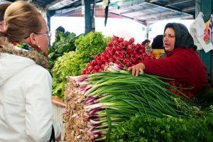 Piaţa agroalimentară din Sfântu Gheorghe rămâne deschisă; în buticuri, maximum un client