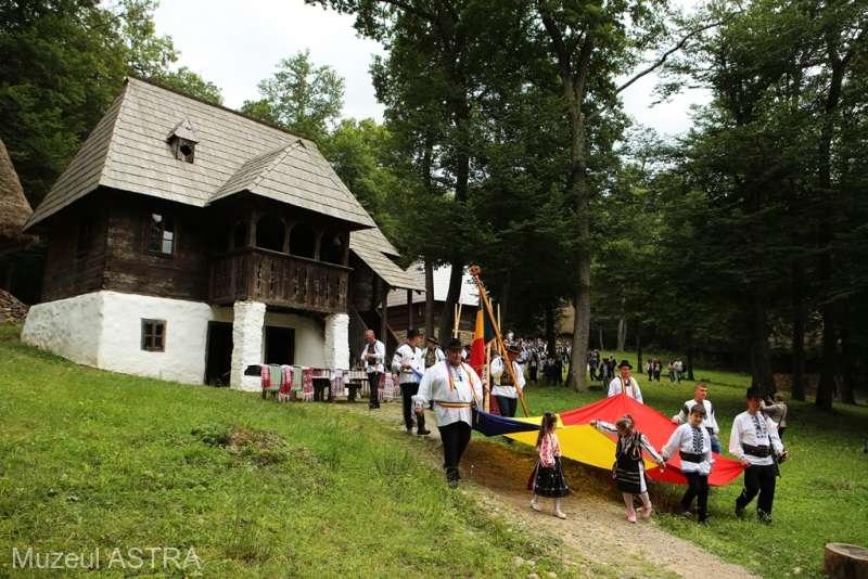 Peste o sută de artişti din ţară la festivalul ASTRA Multicultural din muzeul în aer liber aflat în pădurea Dumbrava Sibiului