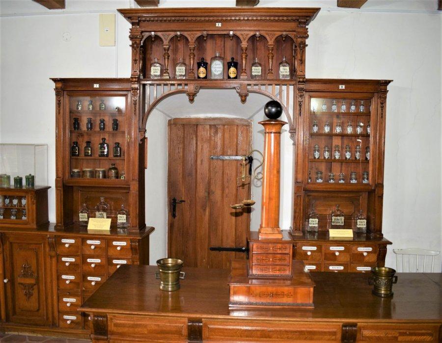 REPORTAJ: Turiştii pot afla istoria fascinantă a primei farmacii româneşti, înfiinţată după o pandemie de ciumă
