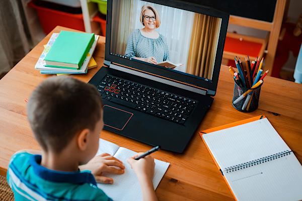 Lege promulgată: MEC asigură fiecărui elev sau cadru didactic, la cerere, un laptop sau o tabletă
