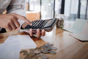 În 2020, băncile se așteaptă la o abordare pragmatică și responsabilă din partea clienților. Află cum eviți să plătești mai mult pentru un credit