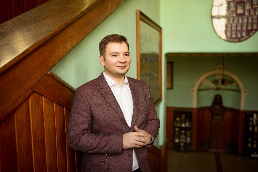 """Profesorul din Târgu Mureș care are elevi maghiari de 10 la română. """"Nu mă duc la școală ca la serviciu. Este o pasiune"""""""