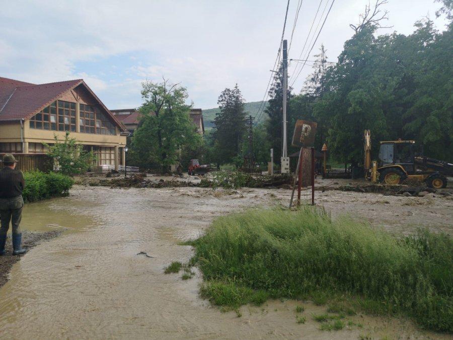 Circa 30 de gospodării afectate de inundaţii la Malnaş Băi
