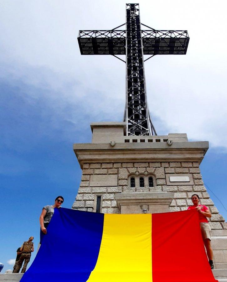 Am strâns la piept Tricolorul românesc în fața Crucii Eroilor de pe Caraiman, de Ziua Drapelului Național
