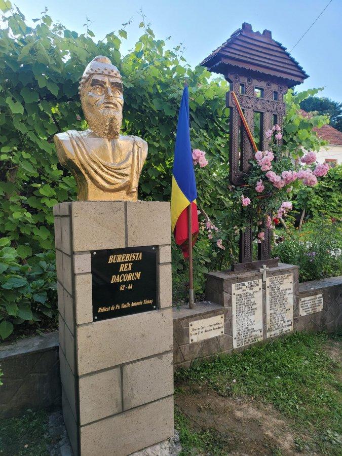 Bustul regelui dac Burebista, înălțat în curtea bisericii din Vâlcele