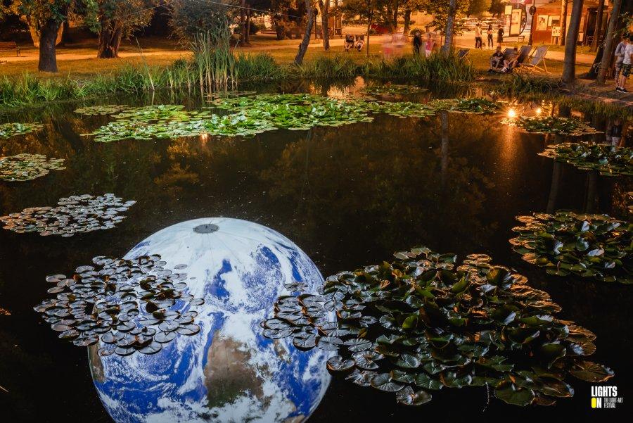 Instalaţia de lumină Gaia, expusă în parcul central din Sfântu Gheorghe