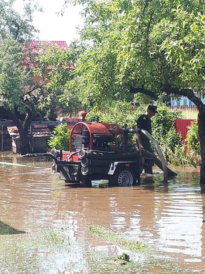 Zece localităţi fără curent electric şi mai multe gospodării inundate, după o ploaie torenţială