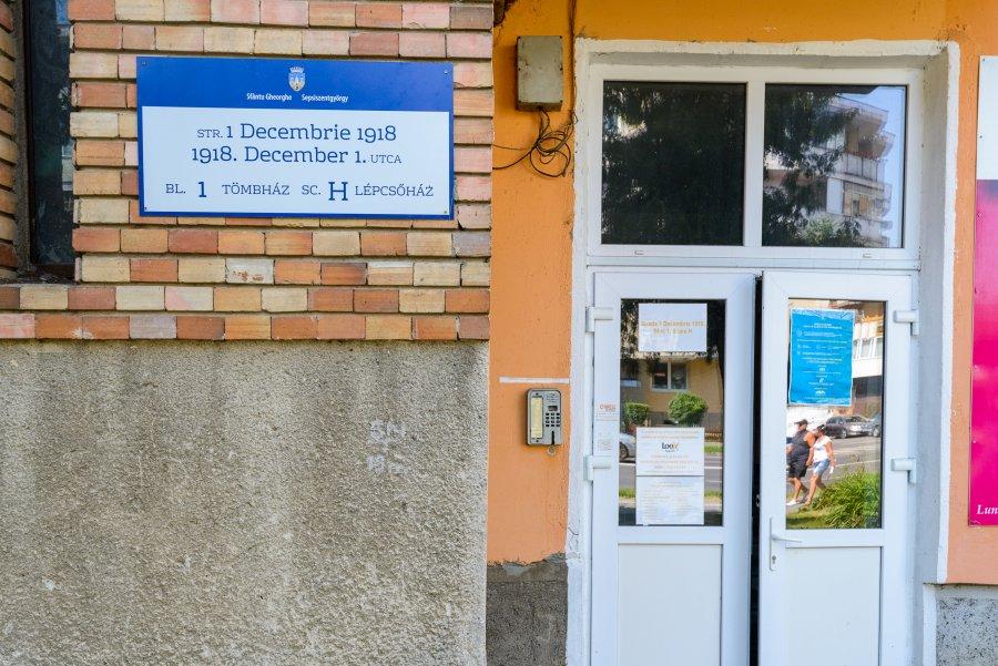 Panouri noi la intrările tuturor blocurilor de locuințe din Sfântu Gheorghe