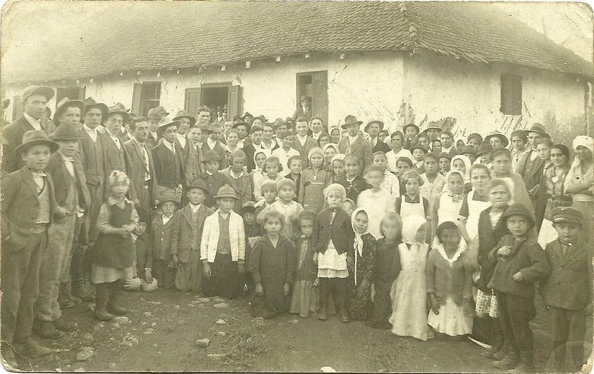 O fotografie extraordinară: locuitorii satului Micfalău (Mikóújfalu, Covasna) de acum 88 de ani!