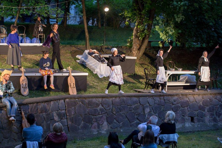 """""""Regina prăjiturilor"""" călătoreşte în Postprezentul explorat de Festivalul Internaţional de Teatru din Piatra Neamţ"""